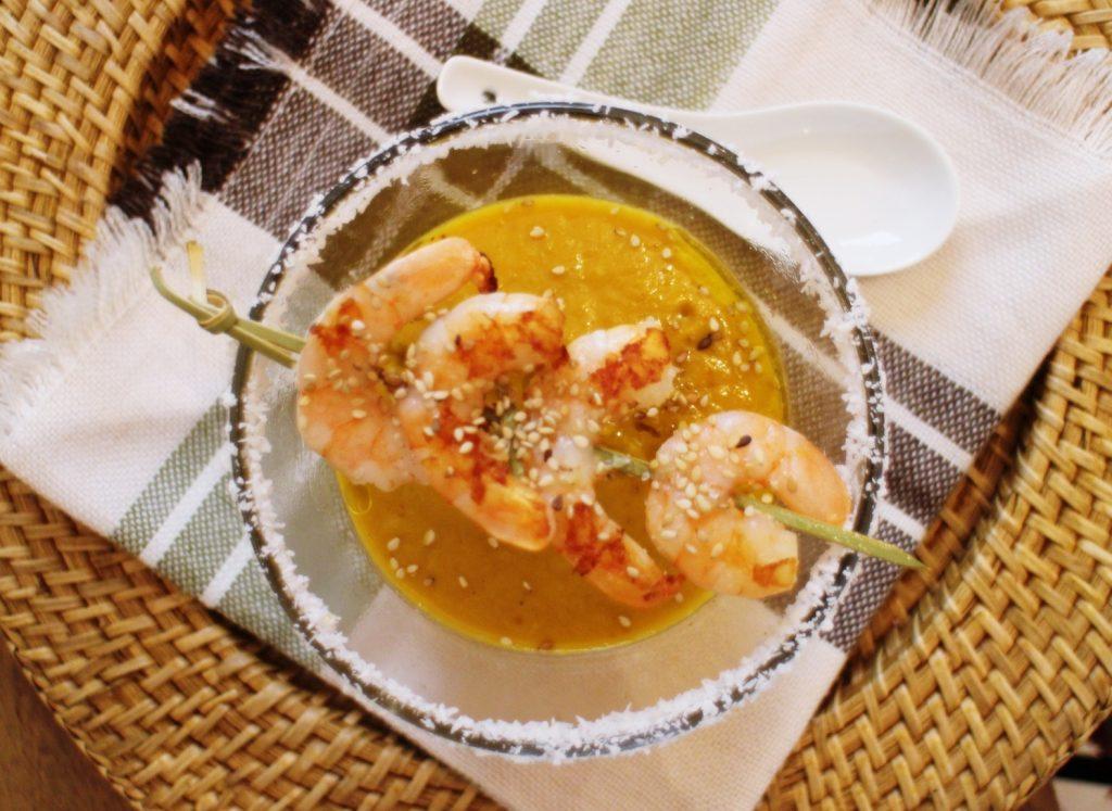 crema de calabaza y coco al curry con brocheta de gambas