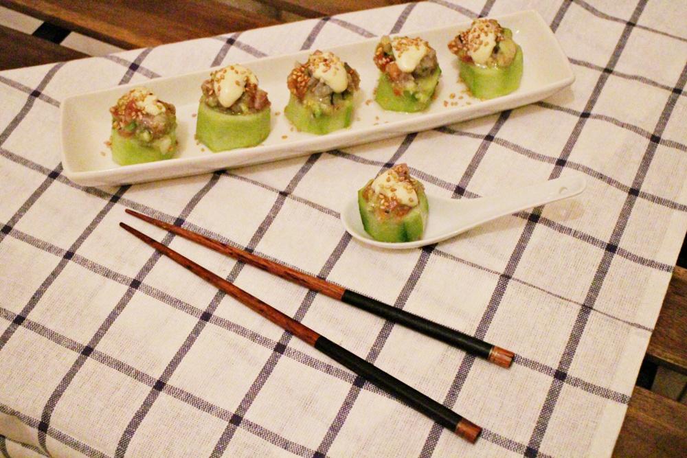 cuencos de pepino rellenos de tartar de atún con mayonesa de wasabi