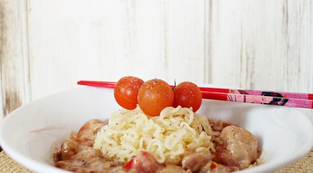 Spaguettis Konjac con albóndigas de pollo en salsa trufada